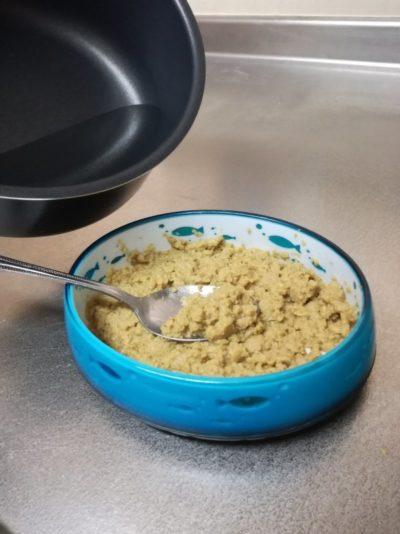 スプーンで軽くほぐし、沸かしたお湯を少しずつ加えながら混ぜる